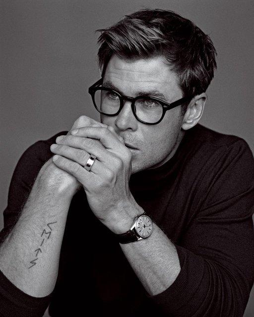Крис Хемсворт похвастался торсом на страницах модного глянца - фото 143443