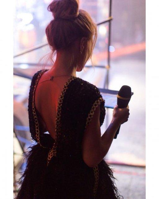 Тина Кароль в провокационном наряде засветила кружевное белье - фото 143518