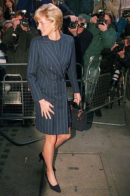 Меган Маркл в откровенном мини-платье похвасталась стройными ножками - фото 144180