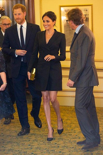 Меган Маркл в откровенном мини-платье похвасталась стройными ножками - фото 144182