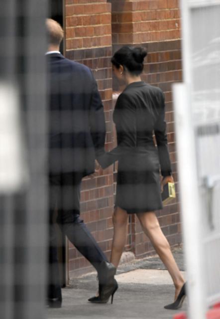 Меган Маркл в откровенном мини-платье похвасталась стройными ножками - фото 144185