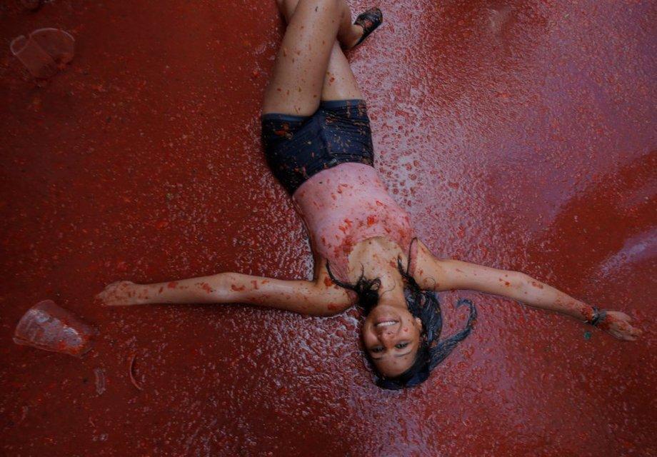 Грандиозное томатное побоище: в Испании прошел фестиваль La Tomatina - фото 144230