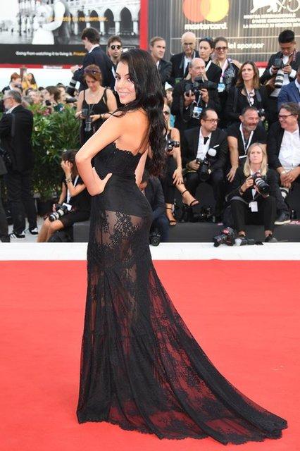 Невеста Роналду в откровенном платье пришла  на Венецианский фестиваль - фото 144380