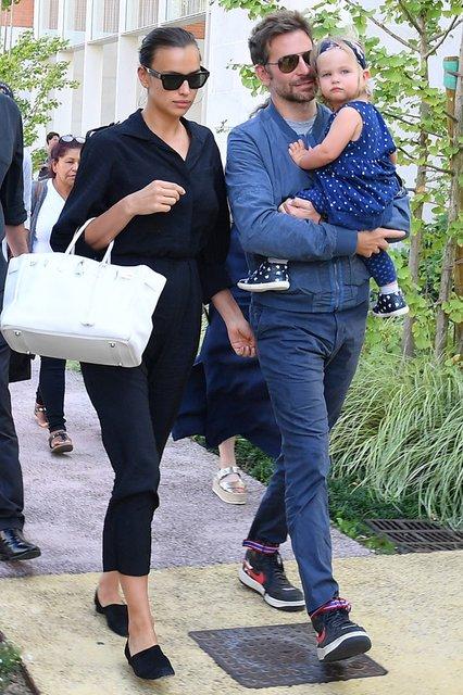 Ирина Шейк и Брэдли Купер прибыли на Венецианский кинофестиваль с дочкой - фото 144444
