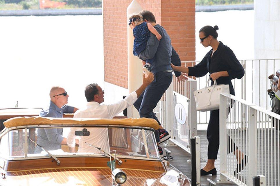 Ирина Шейк и Брэдли Купер прибыли на Венецианский кинофестиваль с дочкой - фото 144445