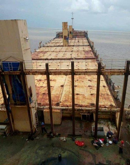 У Мьянмы сел на мель корабль без моряков и товаров(фото) - фото 144769