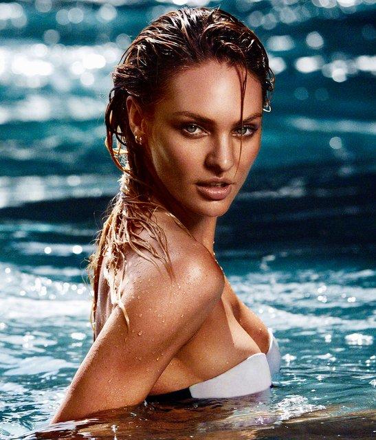Кэндис Свейнпол топлес позировала на морском побережье - фото 144960