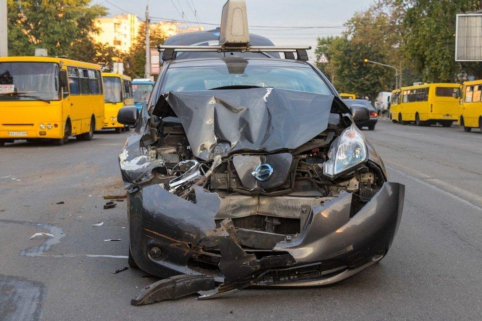 UBER протаранил маршрутку и устроил ДТП в Киеве - фото 144985
