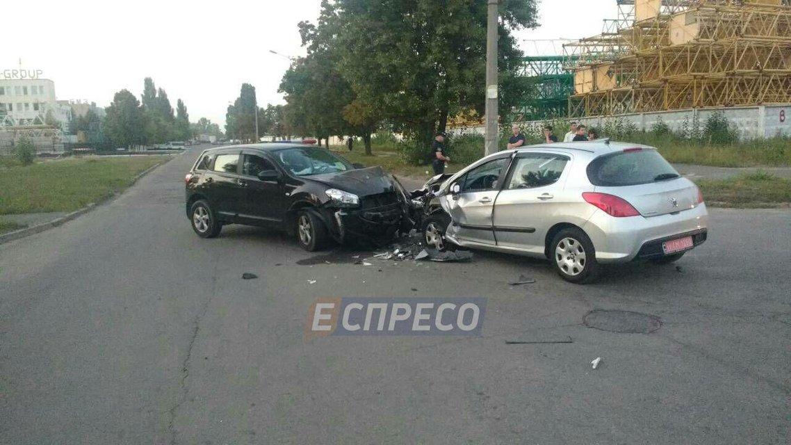 В Киеве водитель Peugeot развалил Qashqai и сбежал, оставив бутылку пива (ФОТО) - фото 145175