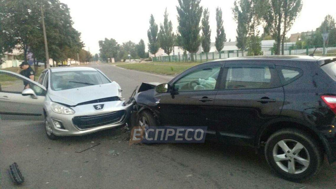 В Киеве водитель Peugeot развалил Qashqai и сбежал, оставив бутылку пива (ФОТО) - фото 145176