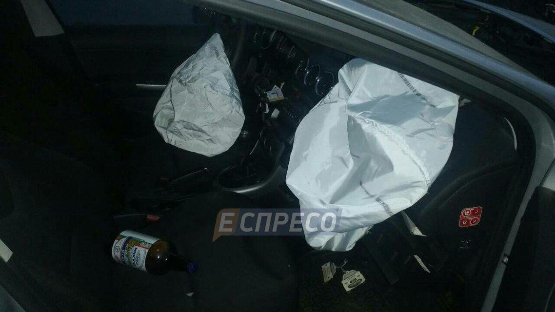 В Киеве водитель Peugeot развалил Qashqai и сбежал, оставив бутылку пива (ФОТО) - фото 145178