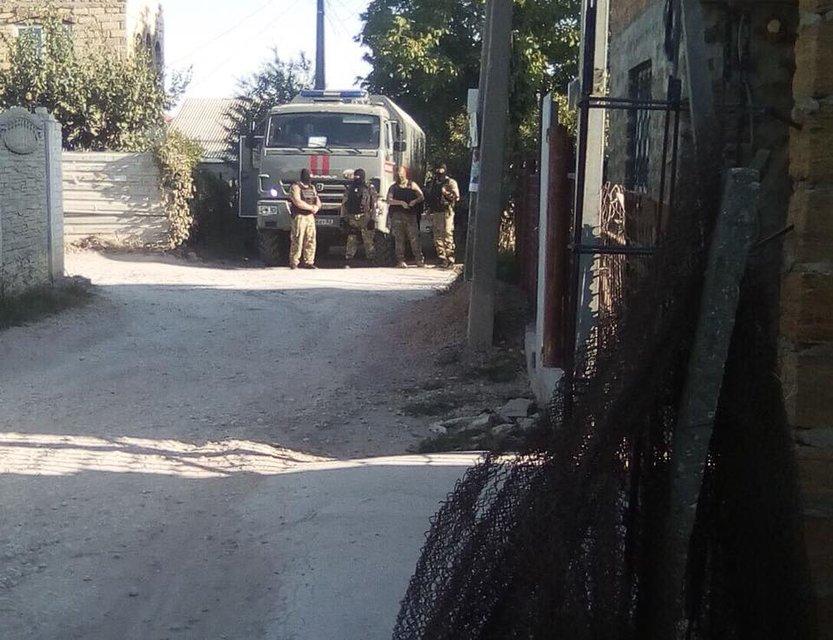 ФСБ с обыском ворвалось в дом активиста в Крыму - фото 145222