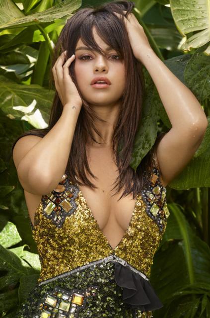 Селена Гомес в платье с откровенным декольте украсила обложку глянца - фото 145399
