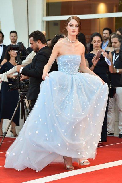 Венецианский кинофестиваль: актриса запуталась в собственном платье - фото 145901