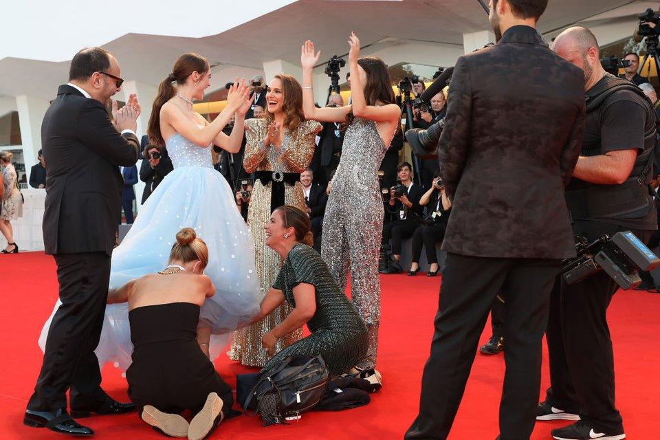 Венецианский кинофестиваль: актриса запуталась в собственном платье - фото 145902