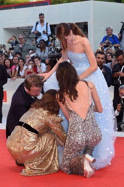 Венецианский кинофестиваль: актриса запуталась в собственном платье - фото 145904