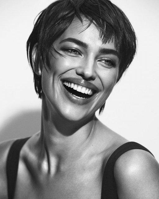 Обнаженная Ирина Шейк в объятиях испанского манекенщика украсила обложку глянца - фото 146629