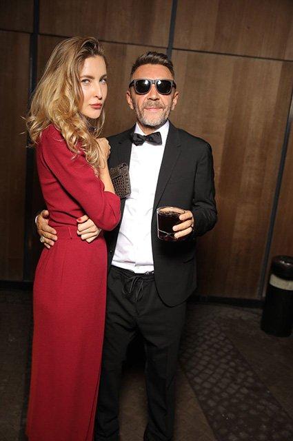 Впервые после развода Сергей Шнуров вышел в свет с новой избранницей - фото 146678
