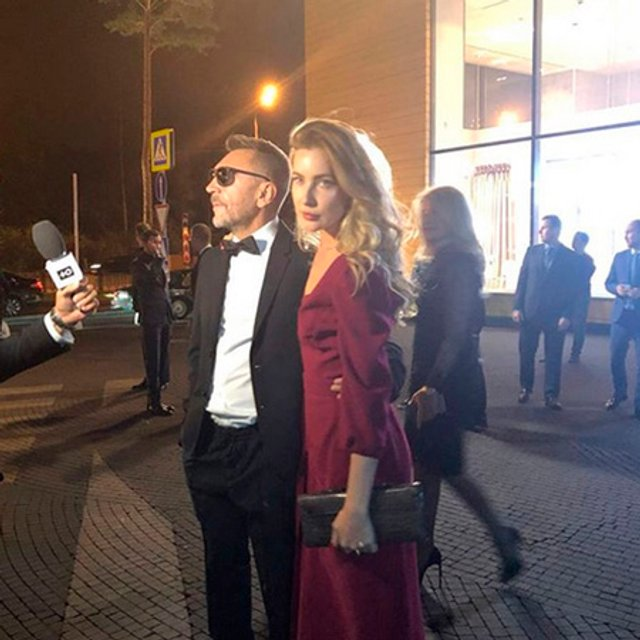 Впервые после развода Сергей Шнуров вышел в свет с новой избранницей - фото 146679
