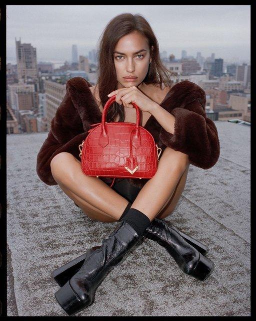 Ирина Шейк в черном боди и колготках в сеточку презентовала новую коллекцию одежды - фото 147174