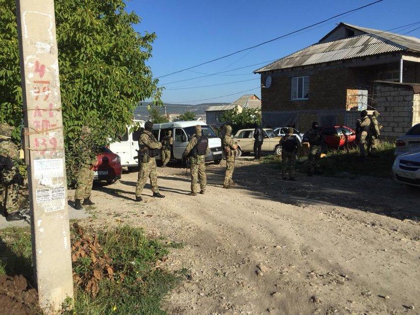 В оккупированном Крыму проводят обыск у брата политзаключенного - фото 147201