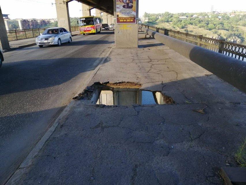 В Запорожье маршрутка с пассажирами провалилась в дыру из-за обрушения моста (ФОТО) - фото 147262
