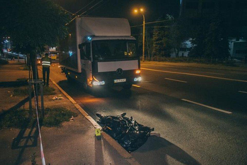 Пытался перебежать шесть полос: в Киеве грузовик снес мужчину (ФОТО+ВИДЕО) - фото 147424