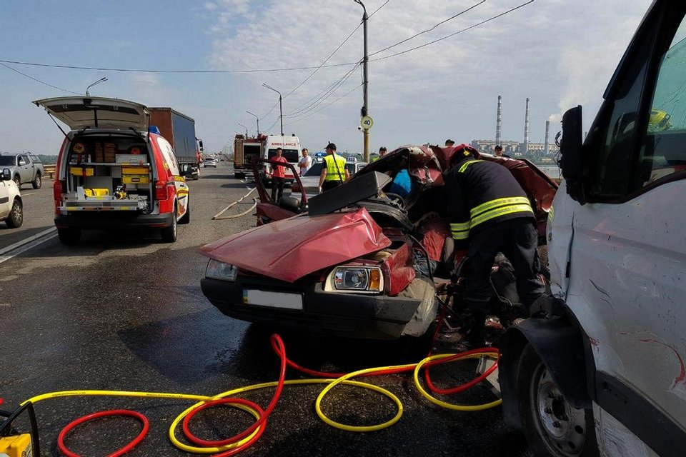 В Днепре из-за ямы на мосту погибли два человека (ФОТО, ВИДЕО) - фото 147565