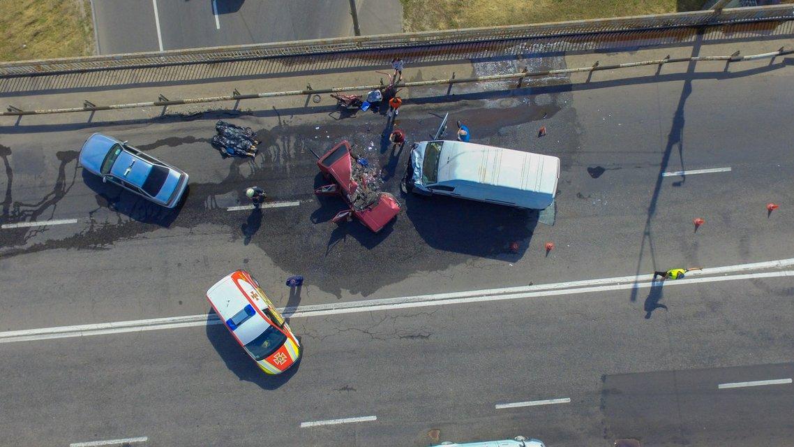 В Днепре из-за ямы на мосту погибли два человека (ФОТО, ВИДЕО) - фото 147566