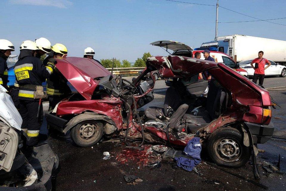 В Днепре из-за ямы на мосту погибли два человека (ФОТО, ВИДЕО) - фото 147567