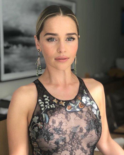 Эмми-2018: Эмилия Кларк в прозрачном платье блеснула на красной дорожке - фото 148165