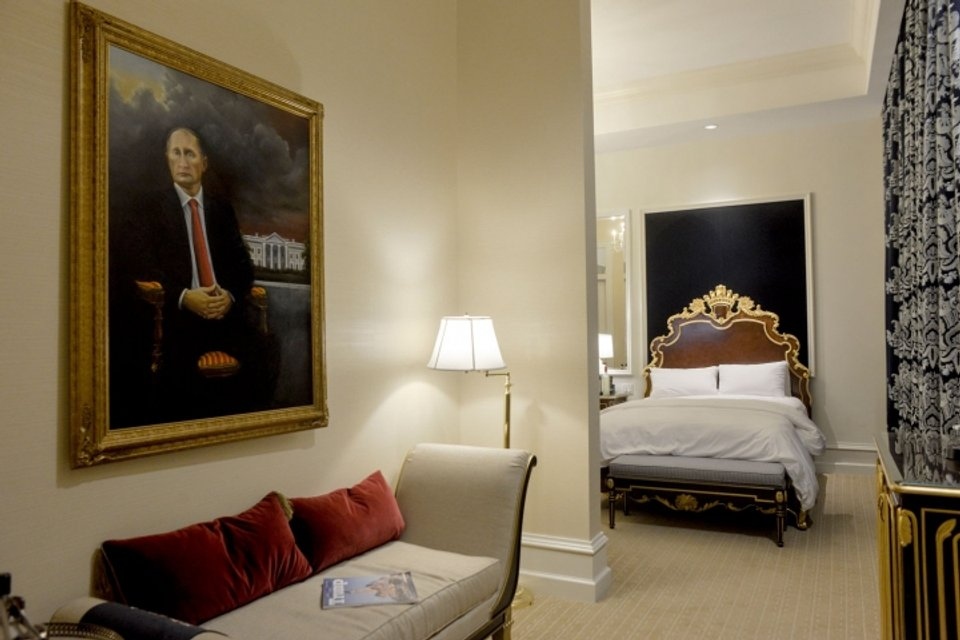 Портрет Путина целый месяц провисел в отеле Трампа - фото 148444