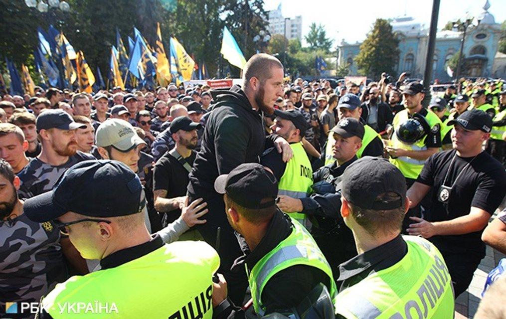 Протестующие требуют упростить процедуру получения украинского гражданства для иностранных бойцов АТО - фото 148719