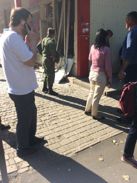 В Донецке боевик взорвал гранату в магазине, есть раненые - фото 149134