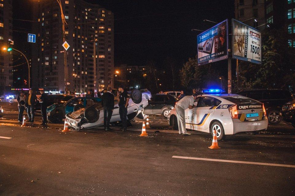 Погоня, наркотики и алкоголь: в столице Украины водитель Lanos врезался в три авто (ВИДЕО) - фото 149296