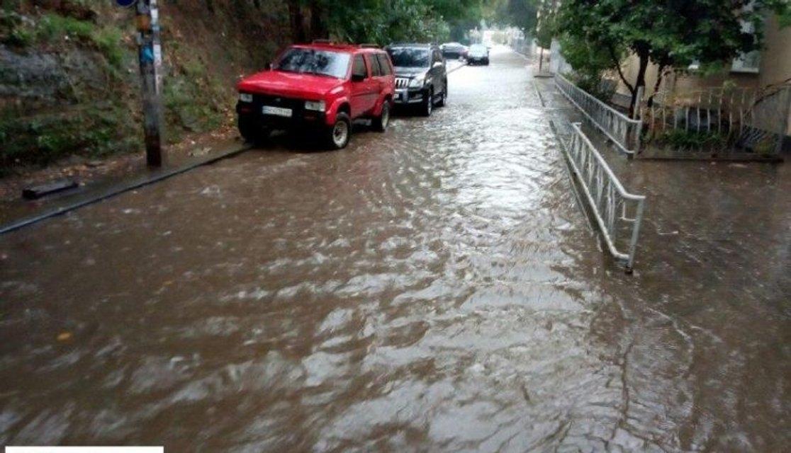 Погодный коллапс в Одессе: затопленные дороги, упавшие деревья и тысячи людей без света - фото 149668