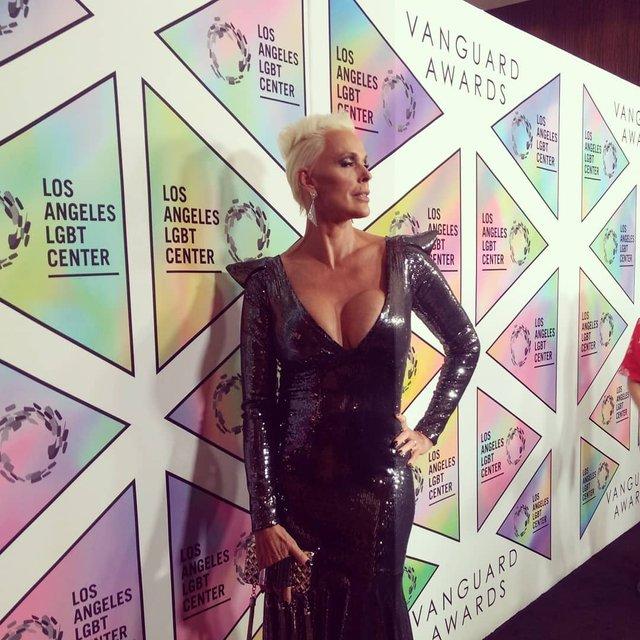 Перестаралась с пластикой: известная актриса вышла в свет с 'квадратной' грудью - фото 150282