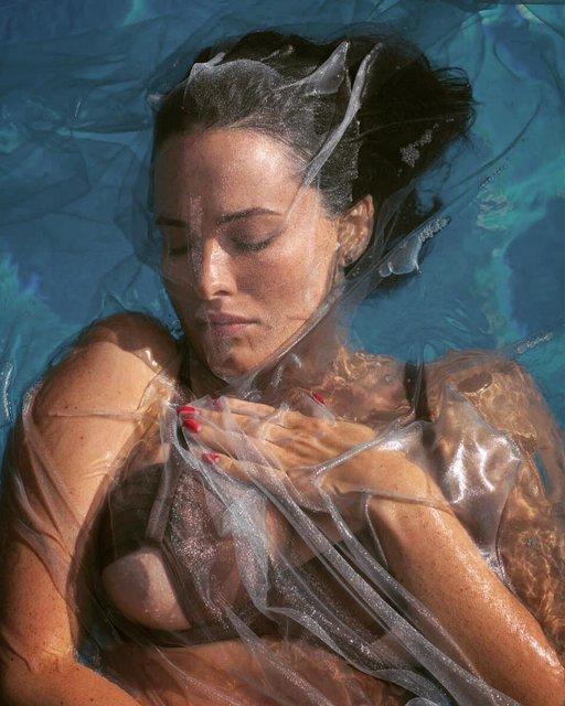 Даша Астафьева показала грудь на фото под водой - фото 150962