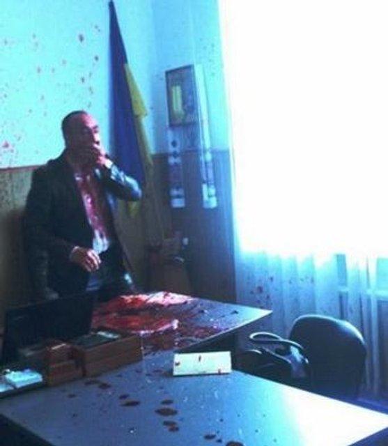 В Винницкой области мэра облили кровью из-за поставок сырья для моста через Керчь - фото 151405