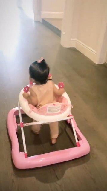 Кайли Дженнер делится видео с дочерью в ходунках, которые педиатры хотят запретить - фото 151445