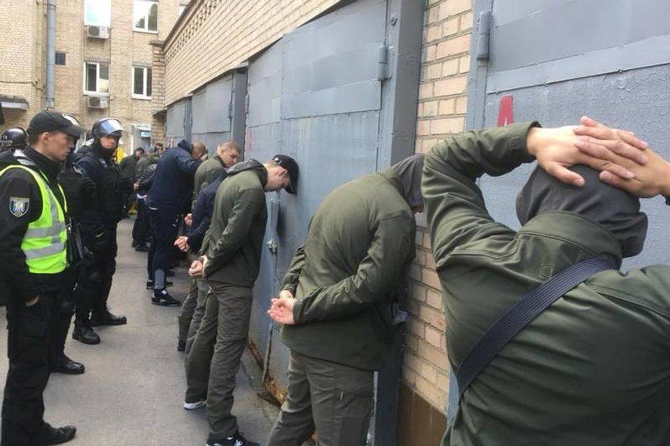 Полиция задерживает участников потасовки  - фото 151522