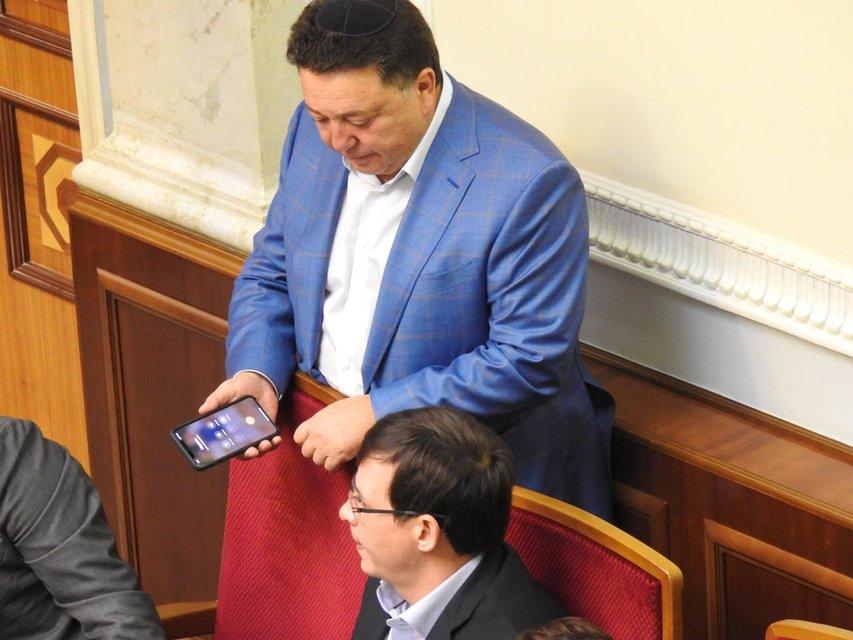 Нардеп Олександр Фельдман с телефоном в руке - фото 151547