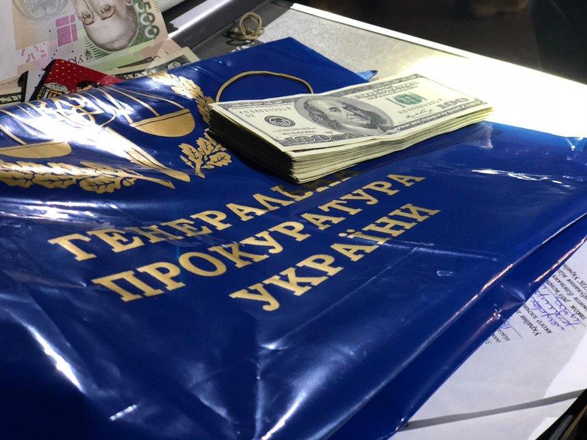 Больше 400 тысяч гривен: работник  ГПУ попался на огромной взятке прямо в метро - фото 151930