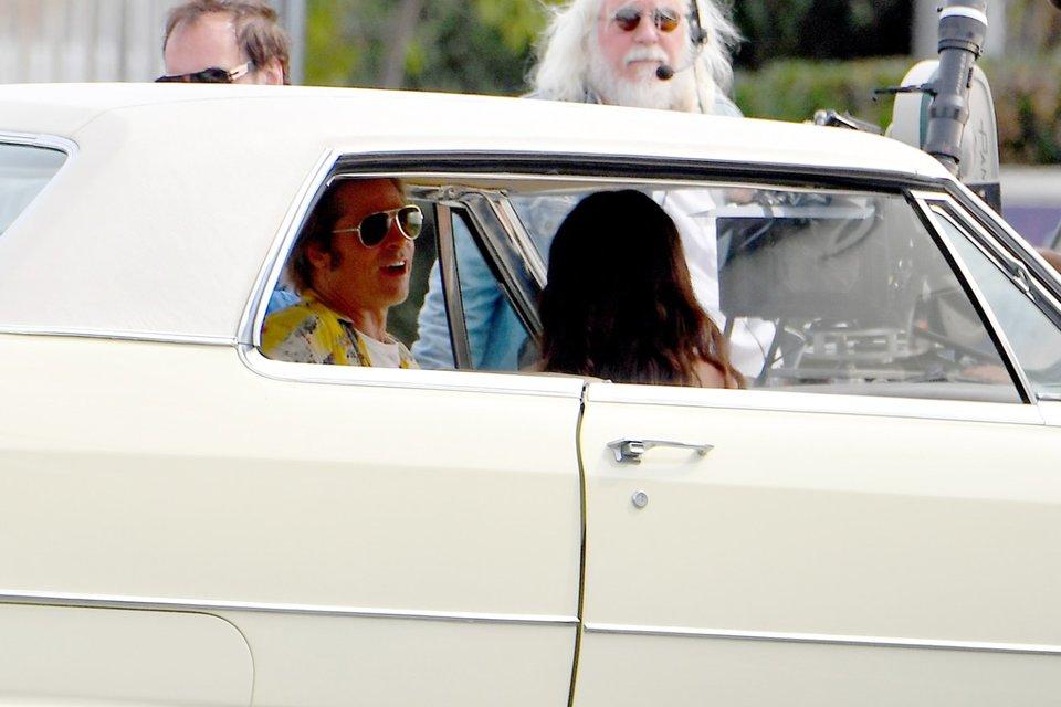 Однажды в Голливуде: Брэд Питт на новых кадрах со съемок - фото 152393