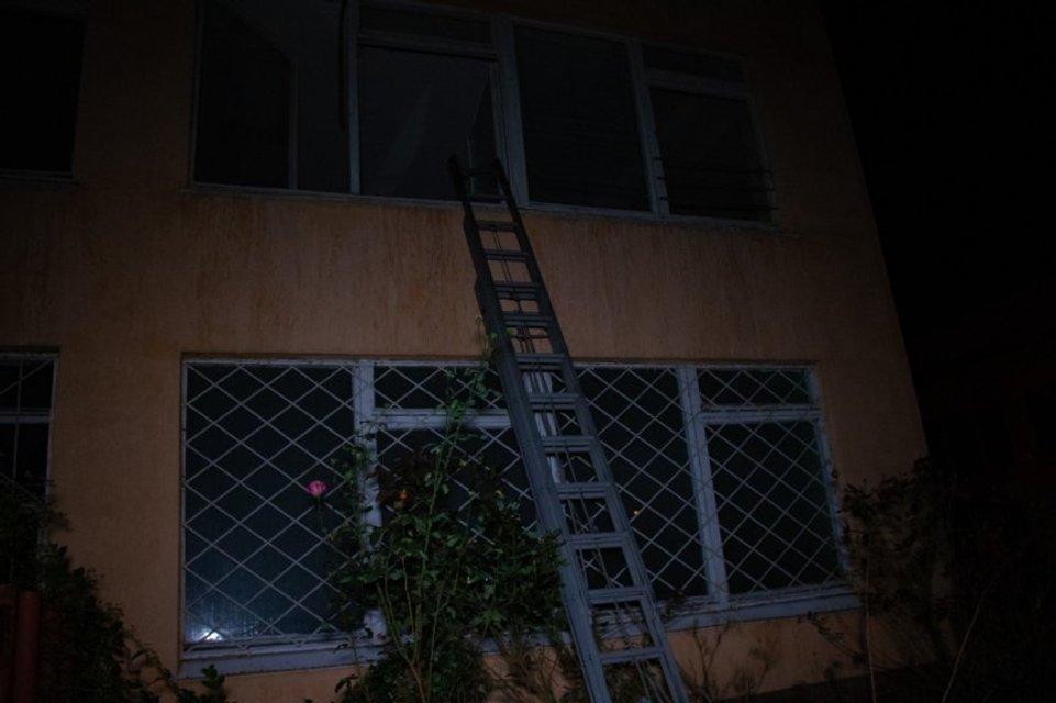 Бомжи подожгли здание исполнительной службы в Киеве - фото 152574