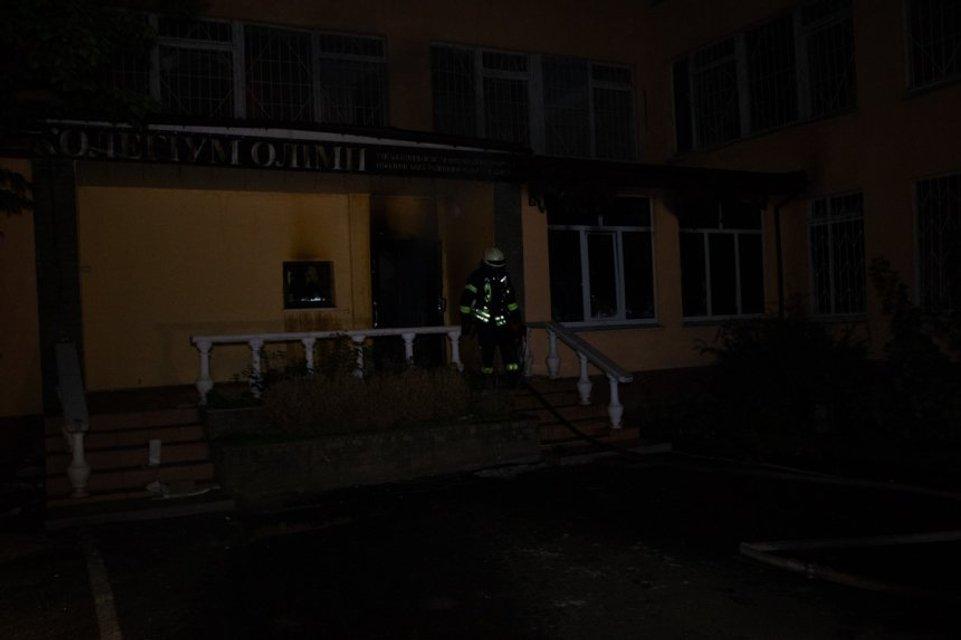 Бомжи подожгли здание исполнительной службы в Киеве - фото 152575