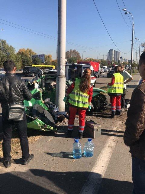 В Киеве о столб разбился автомобиль: погибли две женщины (фото 18+) - фото 153125