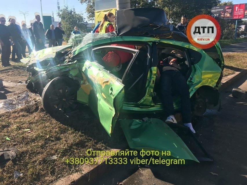 В Киеве о столб разбился автомобиль: погибли две женщины (фото 18+) - фото 153126