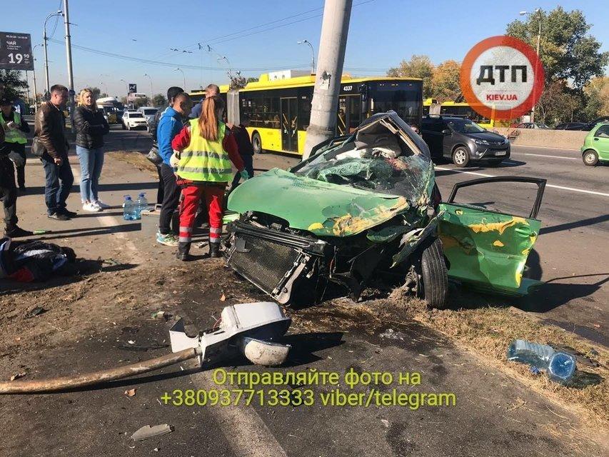 В Киеве о столб разбился автомобиль: погибли две женщины (фото 18+) - фото 153127