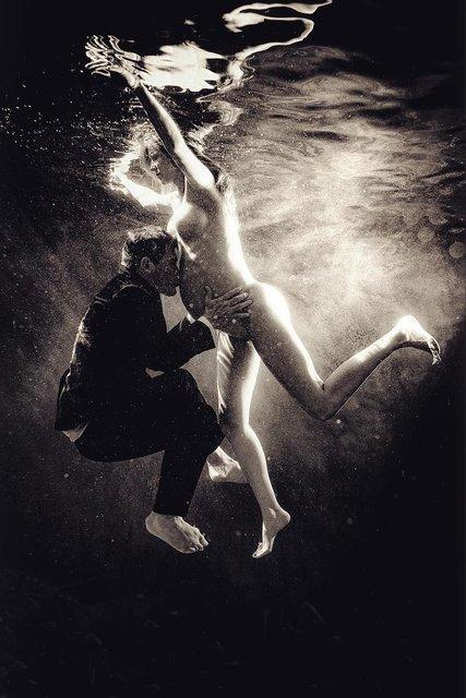 Топлес под водой: номинант на Оскар устроил откровенную фотосессию для беременной жены - фото 153636